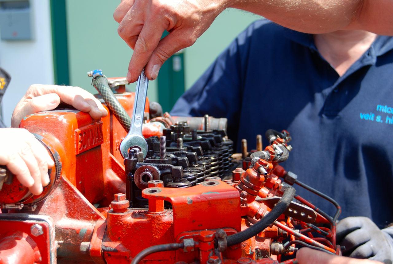 Wartung und Reparatur von Schiffsmotoren, Aggregaten und Technik an Bord von Segelschiff und Motorboot